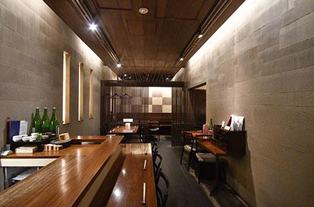 木目の温かさが映える、落ち着いた大人の空間。テーブル席のほかカウンター6席を用意。
