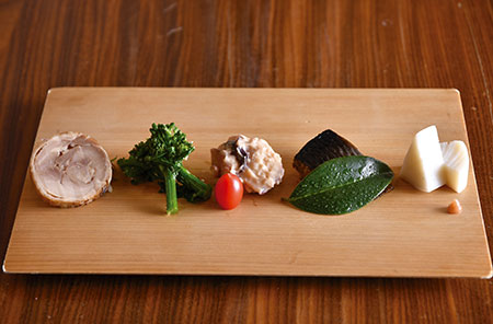 菜の花の香油和えやニシンの旨煮など、前菜には季節感あふれる品々が並ぶ。