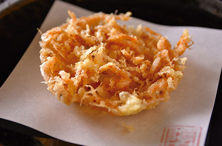 素材の味を生かした桜海老のかき揚げ。海老の甘さと揚げたてサクサクの食感がたまらない。