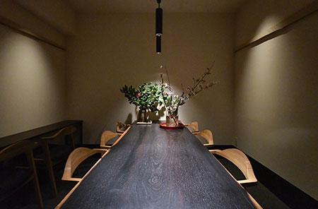 美しい木曽檜のカウンターは、恵比寿の前店か ら引き継いだもの。店内には6席の個室も用意。