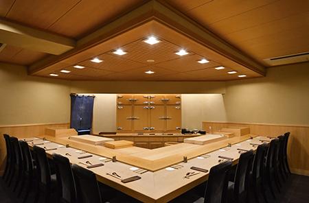 地下へと続く階段を降りると、洗練された数寄屋造りの空間があらわれる。檜のカウンターには全12席を用意。