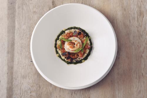 「魚貝のタブレ、春菊のピストゥ」。たっぷりの魚貝とクスクスを使ったサラダ感覚の一品。