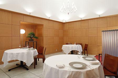 ホール30席、個室10名まで。イタリア産大理石床やバカラのシャンデリアに、盆栽や市松模様。西洋と東洋が溶け合うモダンな内装もシェフが手がけた。
