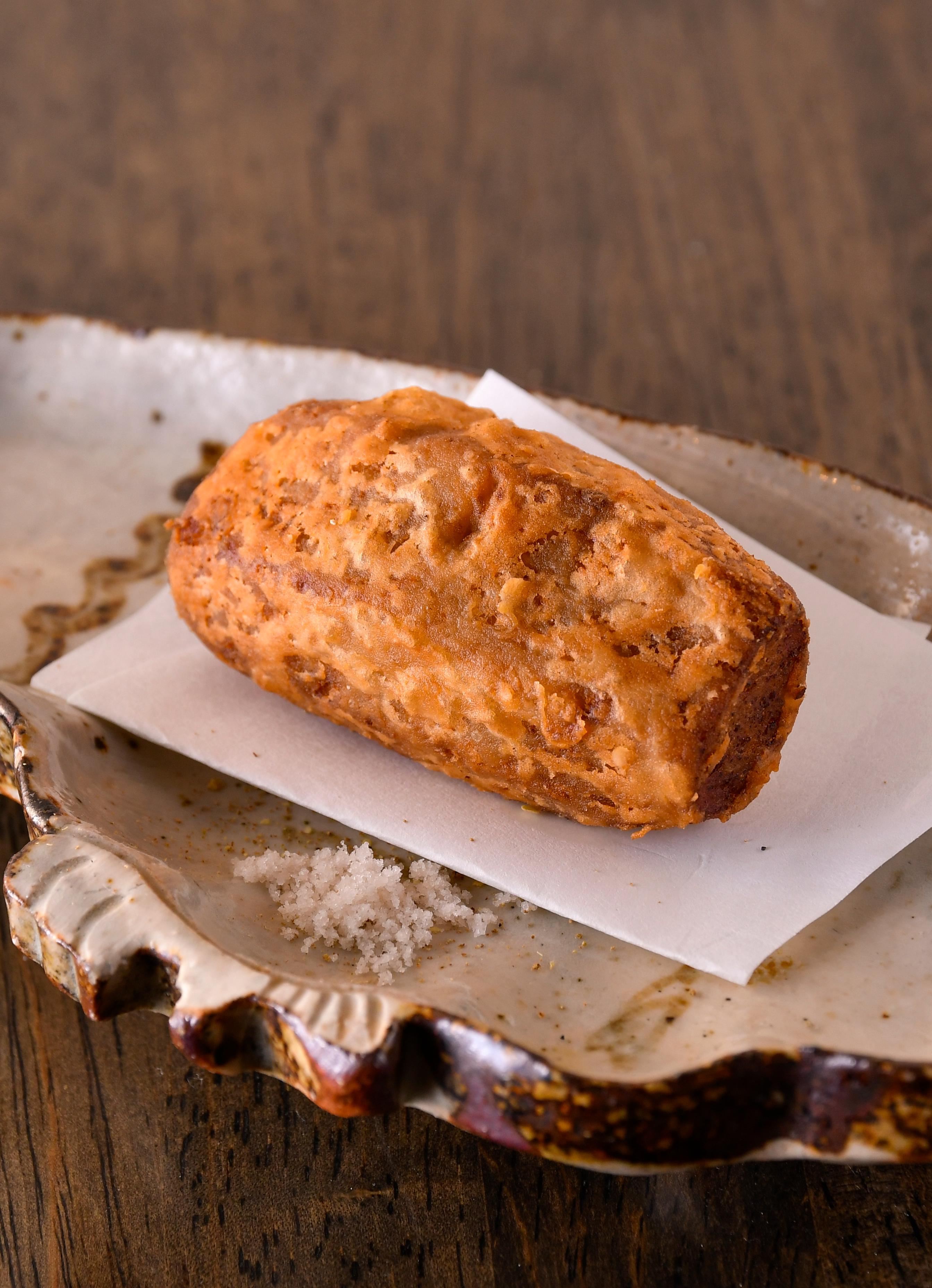 酸味が少なく穏やかな味の鮪出汁を里芋にゆっくりと含ませ、香ばしく揚げた一品。