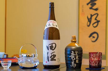 ふくよかな旨味が口いっぱいに広がる、青森県の銘酒『田酒』(左)は、特別純米酒と純米大吟醸を取り揃え。焼酎派ならおりょうさんにちなんだ『いも焼酎 竜馬』(右)を。土佐金時芋を贅沢に使用した、まろやかでふくらみのある味わいが特徴だ。