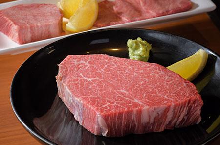 1頭から800g程度しか取れない貴重なシャトーブリアンも、食べ応えのある厚さで提供。濃い肉の味を存分に楽しめる。静岡県・天城から取り寄せたワサビとレモンでさっぱりと。