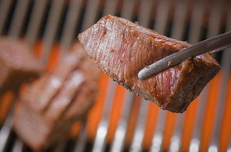 ロースターは無煙なうえ、それぞれのパイプの中を水が通っており、肉が焦げにくい仕組みになっている。「話が途切れない接待の席などでも、美味しく召し上がっていただけます」(大石さん)