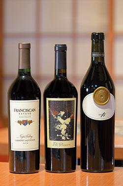 赤ワインは、フランシスカ(左)やプリズナー(中)、ブッチェラ(右)など、濃い肉の味に負けない、ナパ・ヴァレーのワインを中心に取り揃え。肉との相性に迷ったら、大石さんが選んでくれる。