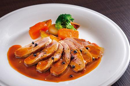 フランス・ヴァンデ産の鴨を使った「カモのポワレ コショウのソース」。鴨の骨や野菜などを7時間近く煮込んだソースは、旨味が凝縮された濃厚な味わい。鴨料理特有の甘いソースが苦手な客向けに考案したそう。塩漬けにした生のコショウは、風味だけでなく口の中で弾ける食感もアクセントに。
