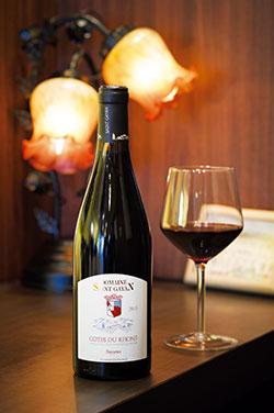 鴨料理に定番のピノノワールではなく、ソースと同じくスパイシーな味わいが特徴のフランス・ローヌの「ドメーヌ・サンガヤン」を。フランスワインが中心だが、焼酎なども取り揃えているのが野毛ならでは。