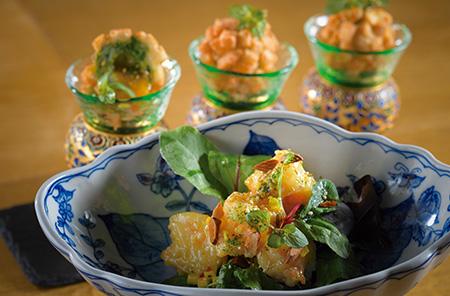 看板料理のひとつ、「海老のWasabiマヨネーズ和え、マンゴーサルサ掛け」。爽やかなワサビとマンゴーの組み合わせがオリエンタルな雰囲気。