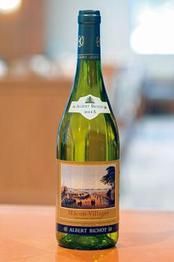 ラベルに「ペルリ提督横浜上陸の図」が描かれた、神奈 川限定ワイン「横濱アートラベル・マコン・ヴィラー ジュ」。フランス・ブルゴーニュ地方のワインメーカー・ アルベール・ビショー社が醸造しており、シャルドネ種 特有の魚介系の料理に合うフレッシュな味わいが特徴。