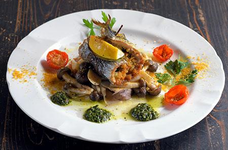 シチリアの郷土料理をアレンジした「秋刀魚のベッカフィーコ カラスミ風味」。秋刀魚で松の実、レーズン、パン粉、香草などを巻き、レモンとローリエで挟んでオーブンで焼き上げる。カラスミとバジルソースが香り高く、白ワインなどのお酒とも好相性。