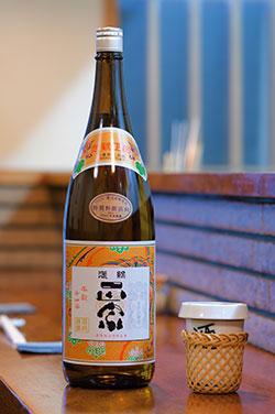 ヒレ酒には兵庫県・灘の老舗蔵元である白鷹が飲食店向けに醸した「褒紋正宗(ほうもんまさむね)」を使用。酒米「山田錦」の中でも最高峰の「特A-a山田錦」と、西宮市浜町でしか採れない「奇跡の宮水」を使用しており、横浜の飲食店での取り扱いは希少だ。
