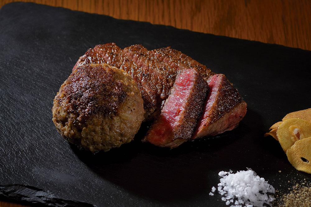 「仙台黒毛和牛のもも肉ステーキと仙台黒毛和牛100%のハンバーグ」。荒井屋こだわりの厳選した牛肉を使用。鉄板で丁寧に焼きあげられ、味付けは塩とこしょうのみ。ステーキとハンバーグ、2種類の肉本来の美味しさが味わえる、同店人気の一品。