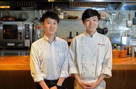 シェフ兼店長の庵井喜高さんとマネージャーの山﨑龍さん(左)。山﨑さんは帝国ホテルでホテルマンとして経験を積んだ後、大手外資チェーンカフェの店長を経て、オープン時よりARAIYA NESTへ。ホテルで学んだ二人が提供する料理・サービスのレベルは折り紙付きだ。