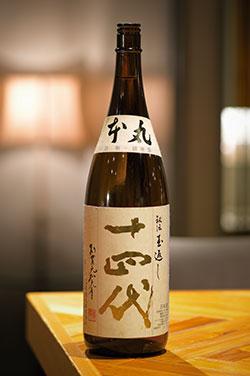 「十四代 本丸 秘伝玉返し」。山形県の高木酒造が製造する「十四代」の中で「本丸」は本醸造酒を表す。甘味と辛味のバランスが素晴らしく、肉の油を消してくれる、肉との相性が非常に良い酒。なかなか飲めない希少な日本酒なので、運良く出合えたら、ぜひ試したい。