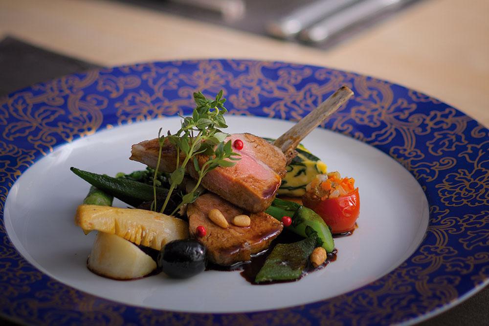 骨付き仔羊肉のロースト季節の温野菜添え 今の季節に合う仔羊肉は、火入れのあと休ませて美味しさをとじこめる。程よい酸味が爽やかな軽めのソースで。