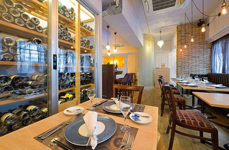 料理と共にその雰囲気を更に盛り立ててくれるワイン。ワインセラーには厳選されたボトルが並ぶ