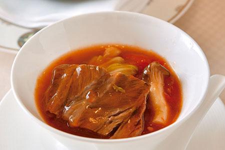 旬の味を楽しめる「壷焼き」。今回は国産黒毛和牛の頬肉、春キャベツ、トマトなどを閉じ込めじっくりと焼き上げた。