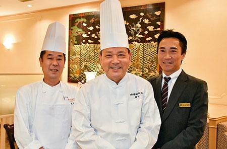 嘉宮では約30名のコックが腕を振るう。阿部さんと共におもてなしに心をつくす、嘉宮料理長と店長。