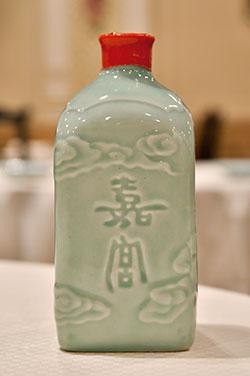 中国の紹興市でブレンドしたオリジナル紹興酒「嘉宮 陳年8年」。まろやかな味わいが特徴。