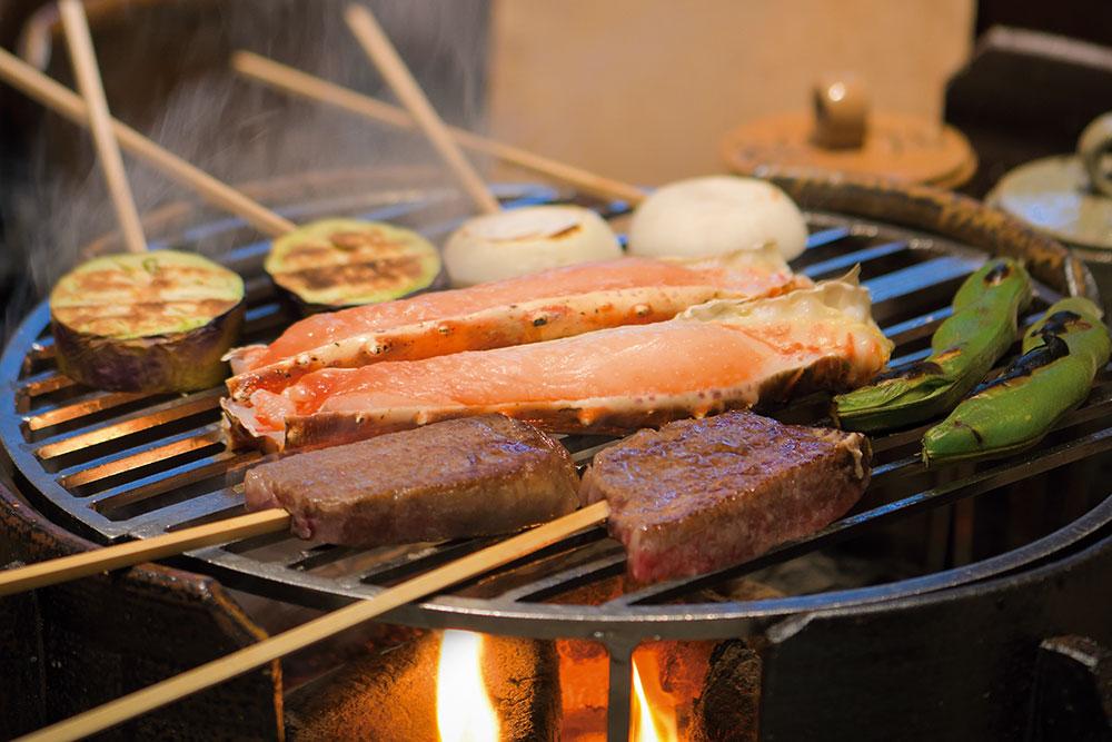 いろり焼きミックスコース 田村牛やタラバ蟹、熊野地鶏などを、離れにしつらえたいろりで炭火焼きに。炭の音や香りも楽しめる人気のコース。