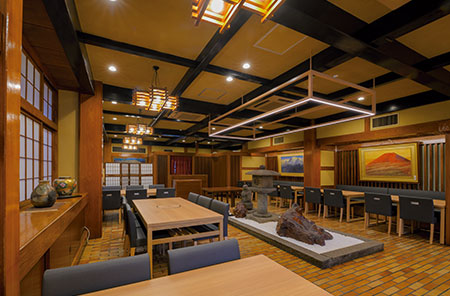 店舗1階はバリアフリーのテーブル席。今春、より上質な空間へとリニューアルした。