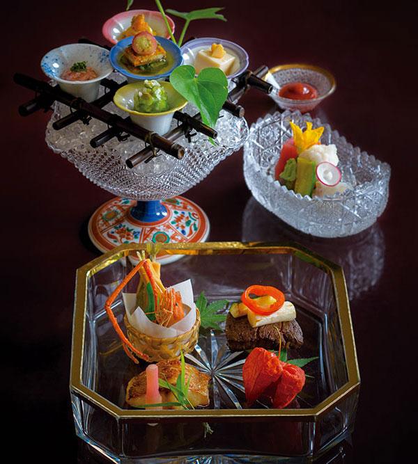 花会席 夏の会席は朝顔がモチーフのガラスの器で清涼感を演出。全8品の会席から前菜とお造り、焼物八寸を。
