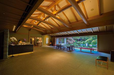店の中央には池や滝を配した日本庭園が。四季の移ろいを感じさせる風景も楽しみの一つ