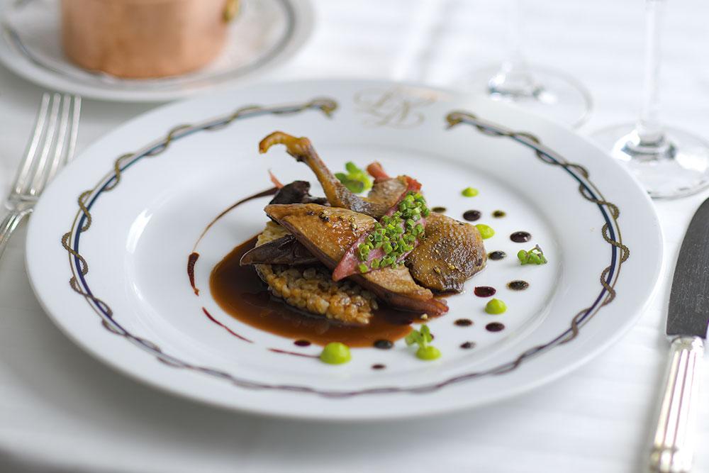 フランス・ラカン産仔鳩のココット焼き バターを回しがけじっくりと低温で焼き上げた仔鳩。ゴマのコンディマンを添え、エポートルのリゾットとともに。