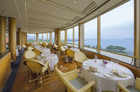 店内は、その優美さから洋上の宮殿とも謳われたフランスの豪華客船「ノルマンディ号」をイメージ。