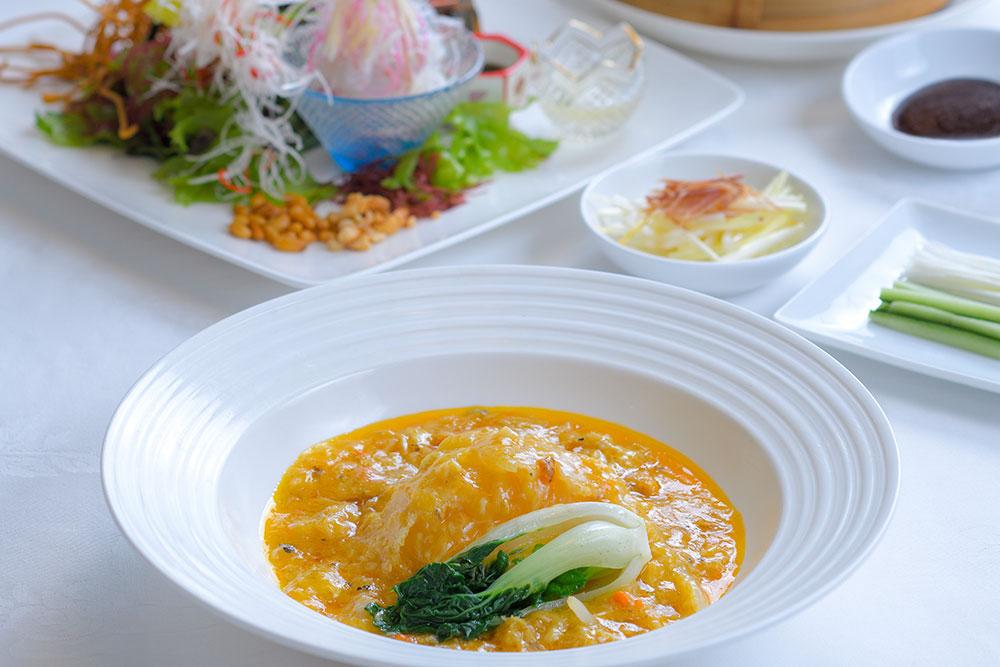 フカヒレの姿煮上海蟹のソースがけ 気仙沼産の最高級フカヒレを、今が旬の上海蟹のソースで仕上げた逸品。「国産活伊勢海老のサラダ仕立て」や「北京ダック」も人気。