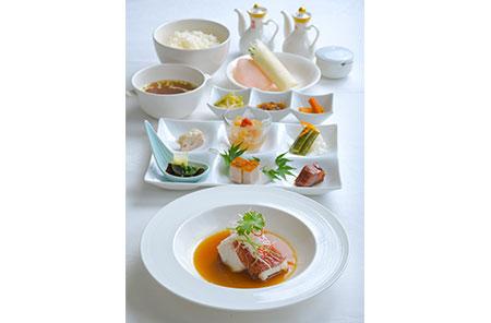 この秋からの期間限定ランチ「特製スジアラ御膳」。ハタの王様とも称される高級魚「スジアラ」を、最も美味といわれる魚醤蒸しで。