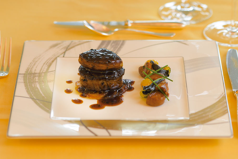 和牛フィレ肉のロッシーニ風栗とキノコのフリカッセと共に しっとりと柔らかい牛フィレ肉を、芳醇でコクのあるソースで仕上げた贅沢な一皿。11月16日から1月15日まで提供される