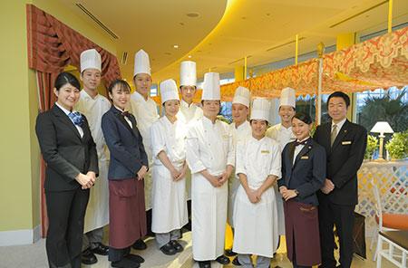 キッチンやサービスのスタッフ一同と。「お客様のためにそれぞれが役割を果たすことが大切」と田面山シェフ。