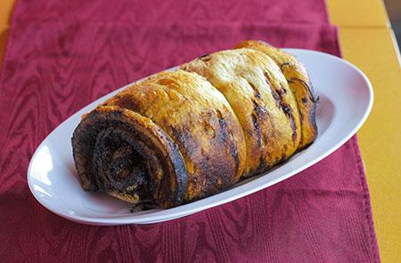 豚肉を巻いて丸ごとローストした「ポルケッタ ノルチャ風」。皮のパリパリ感がたまらない。