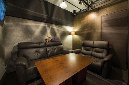 店の奥には最大7名まで利用できる半個室のソファー席も用意。2名から利用可能。
