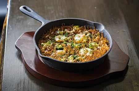 極細のカッペリーニを魚介のスープでパエリア仕立てにした「魚介のショートパスタ」。