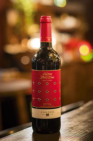 世界各国のワインが揃う中から、華やかな香りとしっかりした味わいのスペインワ イン「Altos Ibéricos Crianza」を。