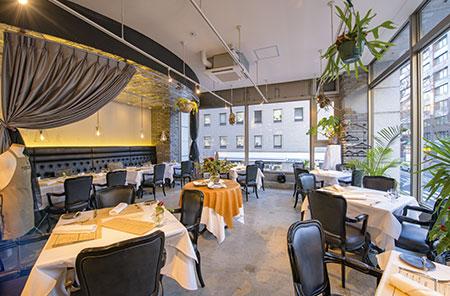 黒と白のコントラストやコンクリートの床など「あえてフレンチらしくない内装にした」というスタイリッシュな店内。