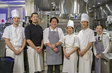 心に残る料理とともに温かいサービスを提供するスタッフの皆さんと。