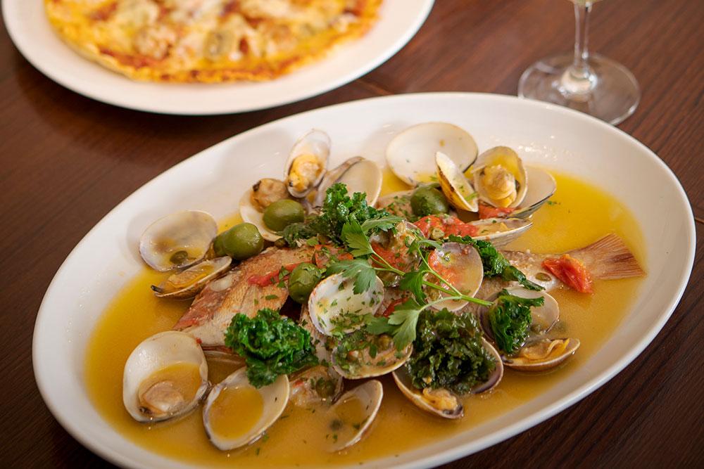 鯛のアクアパッツァ 三浦の漁港から直送された旬の鯛を、香り高くふんわりと仕上げた一品。別でとった魚介のだしをスープに加え、深みのある味わいに。