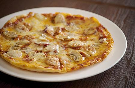 先代シェフの「オリヂナルジョーズ」時代から続く「自家製ソーセージとサラミのピッツァ」。この味を求めて訪れるファンも多いという。
