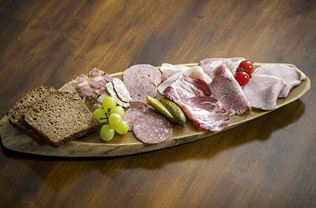 自家製のハムやソーセージ、サラミなどを盛り合わせた「ブロートツァイトテラー」。添えられたパンも自家製だ。
