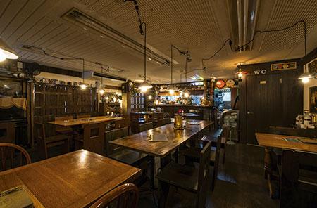 まるでドイツの酒場にいるような雰囲気の店内。内装は丸山さん自らが常連客とともに手掛けたという。
