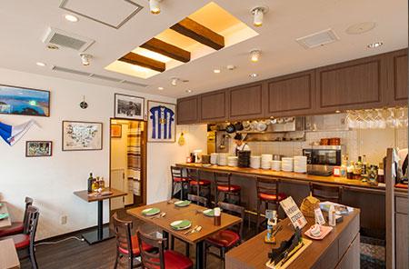 木の温もりが寛いだ気持ちにさせてくれる店内。貸切も可能な2階スペースも用意。