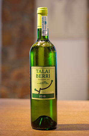 「TALAI BERRI TXAKOLINA」。バスク地方の白ワイン「チャコリ」。微発泡性でフルーティな香りとフレッシュな飲み口が特徴。